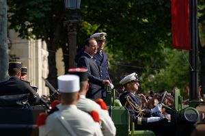 800px-Francois_Hollande_Bastille_Day_2013_Paris_t101747